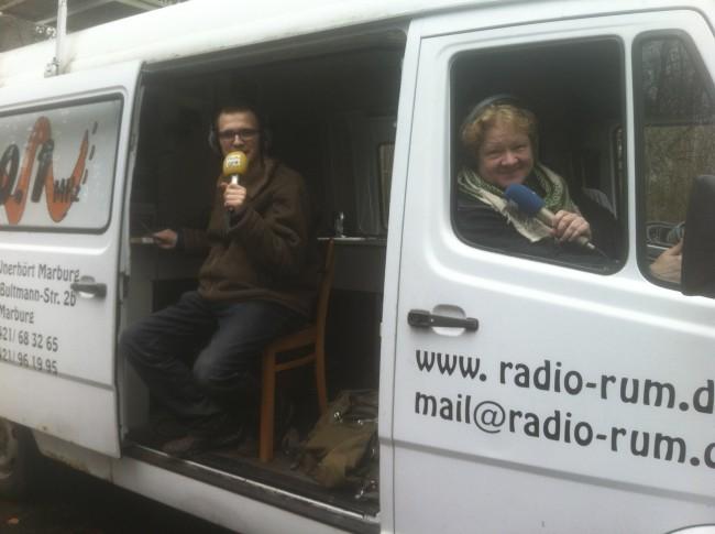 Gregor und HikE sitzen im Ü-Wagen und moderieren.